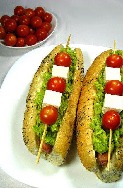 Hot Dog z Sojowymi Parówkami, Tofu i Awokado
