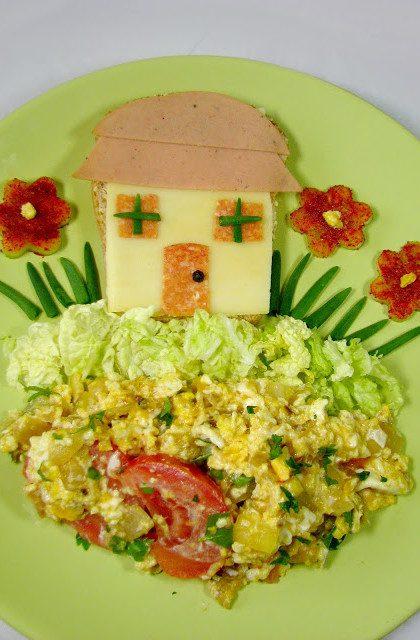 Kanapka Domek i Jajecznica z Pomidorami, Cebulą i Lubczykiem