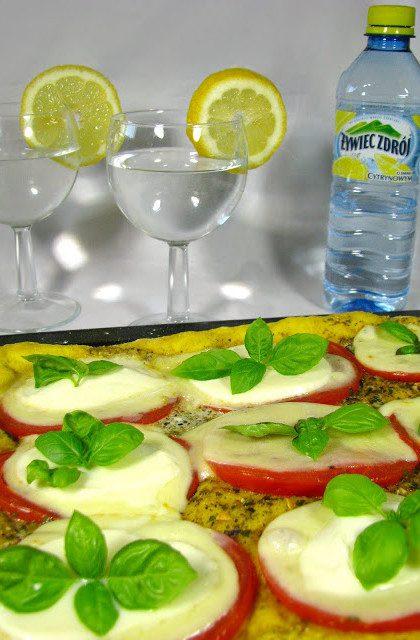 Słoneczna Pizza z Mozzarellą, Pomidorami i Bazylią