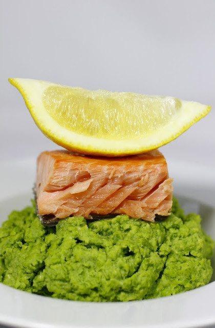 Łosoś Gotowany na Parze, Ułożony na Purée z Zielonego Groszku z Dodatkiem Mięty