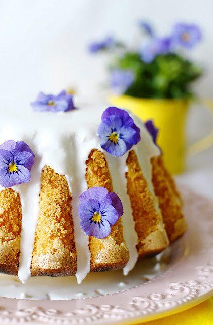 Wielkanocna Babka Majonezowa z Bratkami – Dania Wielkanocne