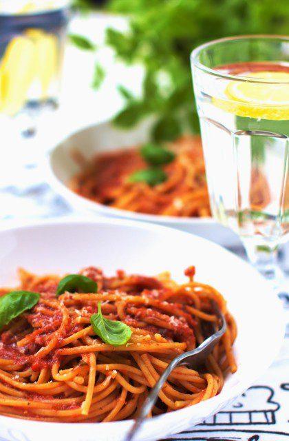 Makaron z Sosem Pomidorowym, Parmezanem i Bazylią