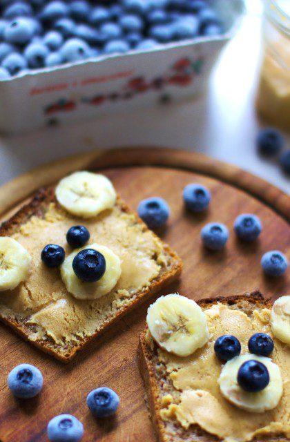 Kanapka z Masłem Orzechowym, Bananem i Jagodami