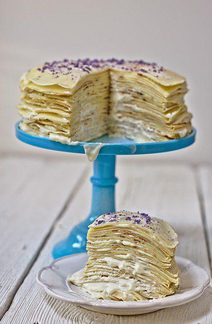 Tort Naleśnikowy z Kremem z Białej Czekolady i Cukrem Fiołkowym