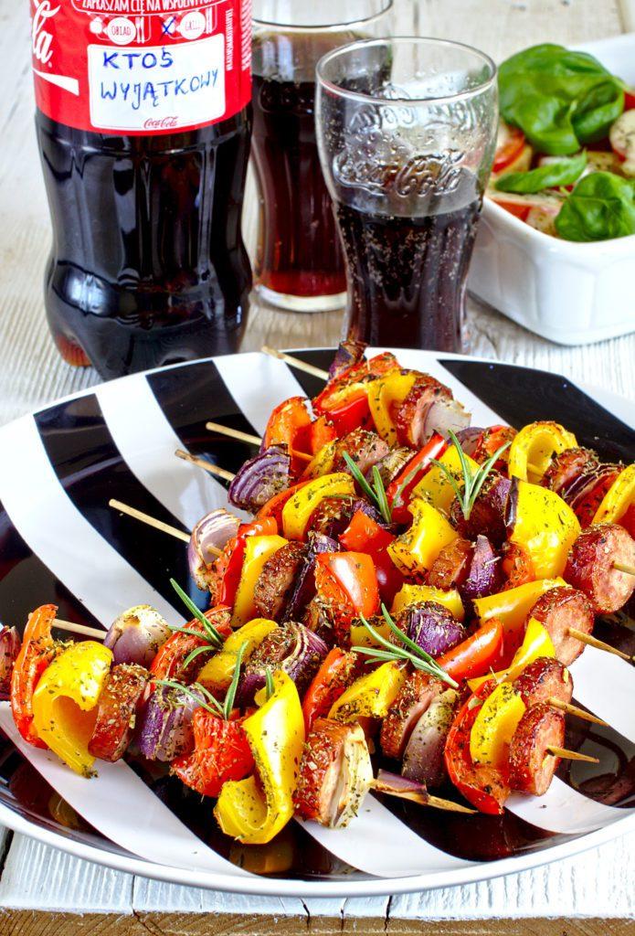 Szaszłyki z Kiełbasą i Ziemniaki Zapiekane z Mozzarellą i Pomidorami