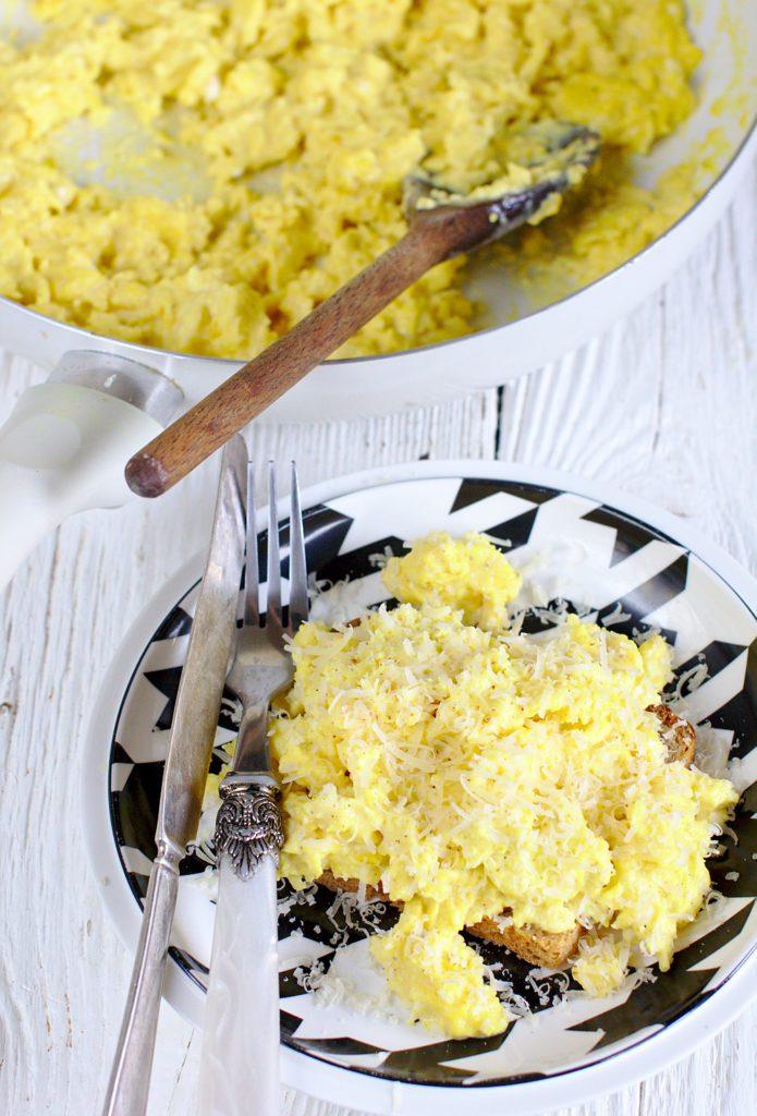 Kanapka z Jajecznicą i Parmezanem