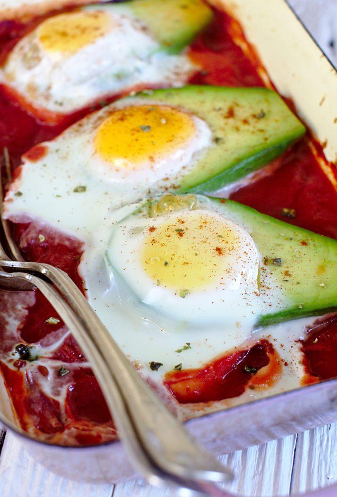 Awokado z Jajkiem w Pomidorach
