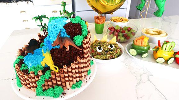 tort czekoladowy z dinozaurami