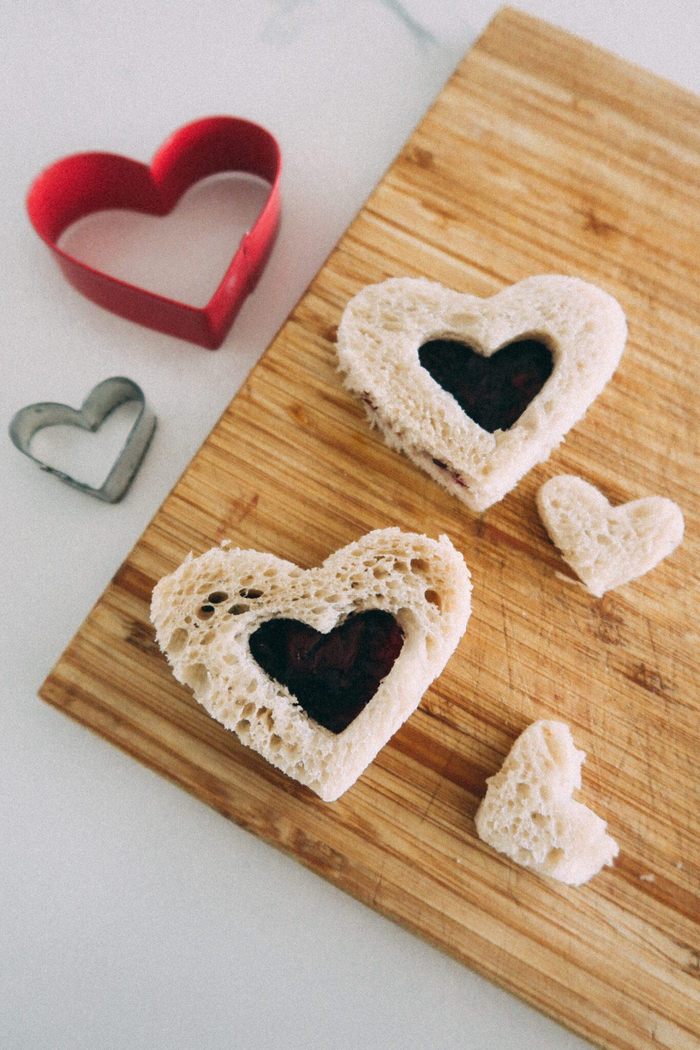 kanapki z okienkiem serca walentynki