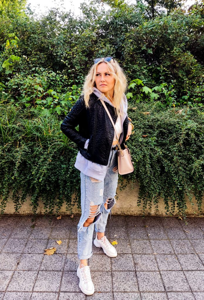 Jeansy Mom Jeans z Dziurami Stylizacja
