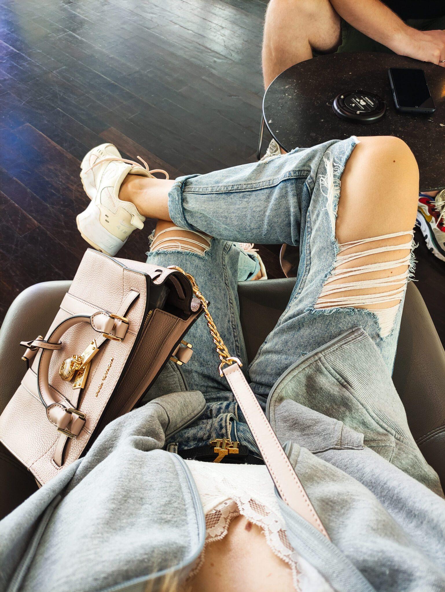 Jeansy Mom Jeans z Dziurami i Crop Top Stylizacja